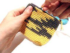Les Antònies: TUTORIAL GANXET: TRES MONEDERS EN PUNT DE TAPISSERIA. #crochet Coin Purse, Crafty, Wallet, Purses, Diy, Bags, Ideas, Beautiful Things, Tutorials