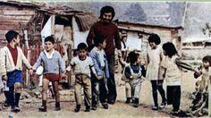 A 41 años de la muerte de Víctor Jara: 110 fotos suyas que quizá no conoces ~ WEBGUERRILLERO Victor Jara, Salvador, Vintage Photos, Culture, Musica, Famous Artists, Santiago, Female Fighter, Antique Photos