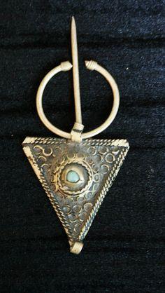 Une fibule berbère marocaine tribale par les femmes berbères dans les montagnes de l'Atlas. Cette pièce de bijoux peut être portée comme un pendentif ou broche.C'est une fibule très beau mariage petit et charmant qui sert à attacher le manteau de mariage sur les épaules de la femme. Dimensions longueur 8,5 cm largeur 3,5 cm (3,4 po x 1,4 po).