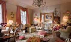 Mario Buatta beautiful living room in maisonette formerly owned by Sister Parish. Architectural Digest, Patricia Altschul, Gebogenes Sofa, Moderne Couch, Mario Buatta, Apartment Interior Design, Duplex Apartment, Apartment Living, Beautiful Interiors