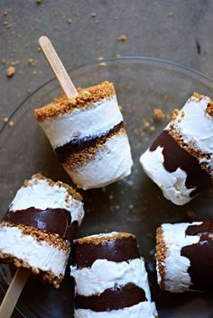 Recipes You Need in Your Life S'mores Frozen Pops plus 10 S'mores Recipes you need in your life this summer.S'mores Frozen Pops plus 10 S'mores Recipes you need in your life this summer. Mini Desserts, Ice Cream Desserts, Frozen Desserts, Ice Cream Recipes, Frozen Treats, Just Desserts, Delicious Desserts, Dessert Recipes, Yummy Food