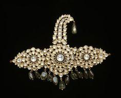 Ornement de turban (sarpûsh), diamant, émeraude, or. Lahore, Inde (C) RMN-Grand Palais (musée Guimet, Paris) / Thierry Ollivier.