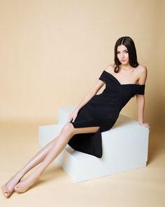 Черное платье с вырезом, открытыми плечами Дом моды fors элегантное черное платьице осень-весна 2018 тренд сезона https://www.instagram.com/fors_official/?hl=ru