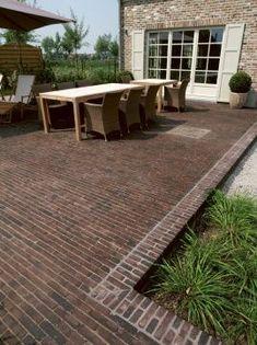Notre terrasse, c'est un vrai casse-tête ! Actuellement, elle est recouverte de pavés mais tout a été posé sur de la terre donc rien n'est droit, il faut tout enlever. On a d'abord fait appel à des sociétés pour qu'ils nous fassent un devis pour la pose d'une terrasse en bois. On a été très … Brick Paving, Brick Path, Garden Paving, Terrace Garden, Small Brick Patio, Classic Garden, Outdoor Flooring, Diy Patio, Interior Exterior
