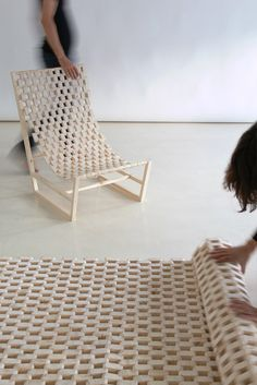 Wie ein Netz spannen sich die 100 hölzernen Glieder über den Rahmen des Stuhls. Daraus resultiert ein Sitzgefühl, wie auf einem Campingstuhl. Allerdings gibt hier das Gewebe nicht nach und schränkt...