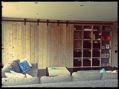 Stoere grote houten wandmeubel. Deze kast van steigerhout heeft 2 schuifdeuren waar achter je een kast met vakken vind. Laat ook een grote kast op maat maken op www.alshetmaarvanhoutis.nl