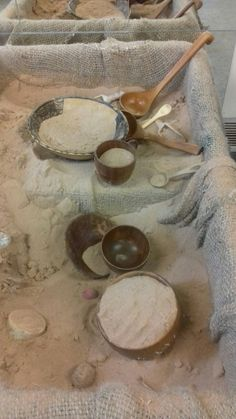 A really great natural sand table Sensory Boxes, Sensory Table, Sensory Play, Reggio Classroom, Toddler Classroom, Nursery Activities, Toddler Activities, Curiosity Approach, Forest School Activities