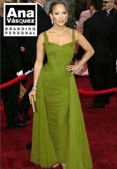 JLo es amante de los tonos verdes, que van a la perfección con su piel morena