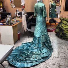 Bata de cola. Diseño Yaiza Pinillos Peacock Costume, Ballroom Gowns, Ballet, Night Gown, Evening Dresses, Beautiful Women, Design Inspiration, Victoria, Indian