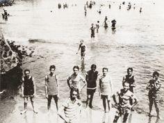 Bañistas en la playa de La Herradura, con trajes de baño de la época [fotografía]