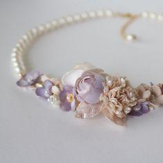 染め花をぎゅっと詰め、パールで繋いだ華やかなネックレスです。 結婚式やパーティーはもちろん、 お出掛けする時にもお使い頂けます。 花は、紅茶染めした淡いピンク...|ハンドメイド、手作り、手仕事品の通販・販売・購入ならCreema。