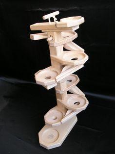 Kuličkový tobogán, výrobek ze dřeva. Nejedná se ale o stavebnici ale komplet jako na fotografii.