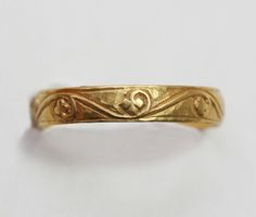A high carat gold medieval ring with decorations of berries and leaves, Europe, 14th century. -
