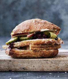 Snup en sandwich med gris i. Wine Recipes, Mexican Food Recipes, Real Food Recipes, Yummy Food, Danish Cuisine, Danish Food, Food To Go, Food And Drink, Roast Pork Sandwich