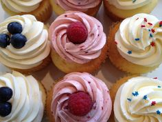 Imagem de cupcake, sweet, and delicious Cupcake Frosting, Cupcake Cakes, Cupcakes, Vanilla Fruit, 4th Of July Desserts, Fourth Of July, Good Food, Fun Food, Sweets