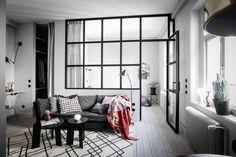 Puertas y muebles del mismo color que la pared puerta negra pared negra pared de cristal estilo nórdico oscuro estilo escandinavo cristal entre salón y dormitorio blog decoración nórdica armario blanco pared blanca acristalamiento interior