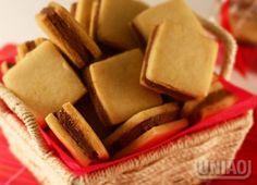 BISCOITOS TIPO PASSATEMPO BISCOITO 4 xícaras (chá) de farinha de trigo (440g) 1 xícara (chá) de União Refinado (160g) 3 colheres (café) rasas de fermento em pó (6g) 1 ovo (cerca de 60g) ½ colher (chá) de sal (2,5g) 1 colher (chá) de essência de baunilha (5ml) 10 colheres (sopa) de manteiga (200g) RECHEIO ½ xícara (chá) de manteiga em temperatura ambiente (90g) 1 colher (sopa) de leite (15ml) 2 e ½ xícaras (chá) de União Glaçúcar (287,5g) 3 colheres (sopa) de cacau em pó, peneirado (30g)