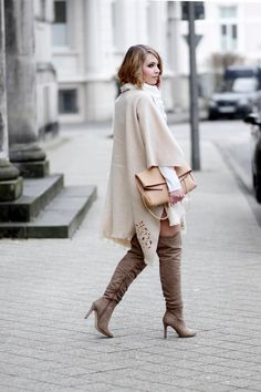 poncho outfit, beige Poncho, overknees, neutral colours, streetstyle, cape outfit, overknees outfit, spring outfit, bezauberndenana.de