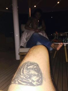 Anne's Hacked iCloud account and harry's leg much haha Harry Styles Dark, Harry Styles Body, Harry Styles Family, Harry Styles Funny, Harry Styles Imagines, Harry Styles Pictures, Harry Edward Styles, Harry Stykes, Dark Harry