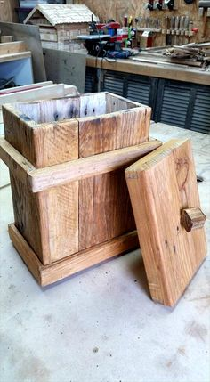 Pallet Bathroom Trash Bin - DIY | 101 Pallets