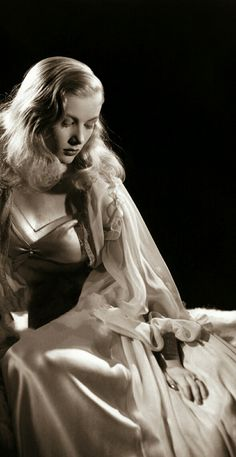 The gorgeous Veronica Lake! Hollywood Glamour Photography, Old Hollywood Glamour, Hollywood Fashion, Golden Age Of Hollywood, Vintage Glamour, Vintage Hollywood, Classic Hollywood, Hollywood Style, Vintage Lingerie