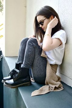 Creative and comfy womens boot outfit. Outfits ideas for Dr. Casual Fashionalbe Boots for Womens and Girls. Doc Martens Outfit, Doc Martens Style, Indie Outfits, Casual Outfits, Punk Outfits, Grunge Outfits, Winter Outfits, Travel Outfits, Look Fashion