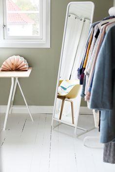 Den dype grønnfargen Laurbær fra Jotun Jotun Lady, Walk In Closet, Room Paint, Wardrobe Rack, Home Office, Bungalow, Bedroom, Interior, Painting