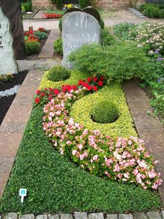 Terrific Pic small Funeral Flowers Ideas No matter whether you're planning as well as participating, memorials are invariably your sorrowful and often . Graveside Decorations, Mailbox Garden, Cemetery Decorations, Cemetery Flowers, Sympathy Flowers, Funeral Flowers, Small Gardens, Garden Inspiration, Garden Landscaping