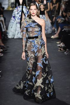 The complete Elie Saab Fall 2016 Couture fashion show now on Vogue Runway. Haute Couture Style, Couture Mode, Couture Fashion, Runway Fashion, Elie Saab Couture, Beautiful Gowns, Beautiful Outfits, Mode Glamour, Elie Saab Fall