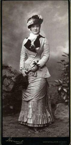 Womens fashion night out navy blue Retro Mode, Vintage Mode, Vintage Ladies, 1880s Fashion, Edwardian Fashion, Vintage Fashion, Victorian Photos, Victorian Women, Victorian Dresses