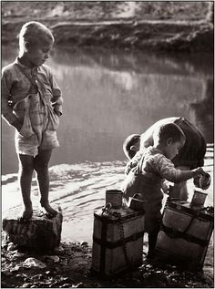 Playing in the river ~ Goúnitsa, City in Thessaly, Greece 1958 photo by Takis Tloupas Old Pictures, Old Photos, Vintage Photos, Greece Photography, Vintage Photography, Black White Photos, Black And White, Great Photographers, Vintage Costumes