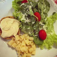 Almoço maravilhoso! Hambúrguer vegano (fiz uma receita de cabeça e fui mostrando no snap @brunabragame simplesmente o melhor que já fiz e já comi na vida! Fiz para @izabelbrito14 pq prometi que ia fazer uma receita com lentilha... Aêeee bel! Paguei minha dívida kkkkkk)  macarrão ao alho e óleo  salada  maionese vegana de castanha de caju  #minhaescolha #saúde #vemcomelas #nutrição #alimentaçãosaudável #nutricionista #qualidadedevida #30tododia #acreditabonita #escolhasaudável #dieta…