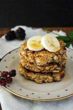 Rezept für zuckerfreie Bananen-Pancakes mit Haferflocken und Brombeeren - Hey Foodsister
