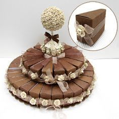 Que tal aprender e fazer um bolo falso de papel para enfeitar sua festinha? Abaixo alguns exemplos que achei pela internet... Um c...