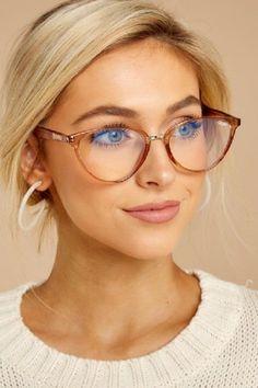 Con la llegada de las lentes de contacto, las gafas para visión han pasado de la categoría de un accesorio necesario a elegante y estiloso. La montura bien elegida puede cambiar radicalmente la imagen y ajustar las proporciones de la cara Fashion Eye Glasses, Cat Eye Glasses, Glasses Outfit, Fake Glasses, Glasses Style, Eyeglasses For Women, Sunglasses Women, Glasses For Oval Faces, Womens Glasses Frames