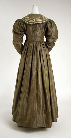 Back of French silk gown 1825 Met museum
