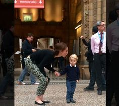 Prince George looking very cute at London's Natural History Museum with Duchess of Cambridge, Kate Middleton. According to reports Prince George was very excited to see the dinosaurs. Moda Kate Middleton, Looks Kate Middleton, Estilo Kate Middleton, Princesse Kate Middleton, William Y Kate, Prince William And Catherine, Princesa Diana, Harrods, Herzogin Von Cambridge
