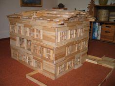 Een huisje, gebouwd met #Kapla plankjes. Bijna zo groot dat de kids er zelf in kunnen wonen! #creativiteit #houtenspeelgoed