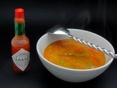 Gumbo (Louisiane) Le gumbo est une soupe traditionnelle avec les trois légumes de base de la cuisine louisianaise : poivron, cèleri et oignon auxquels il est ajouté des gombos et une sauce roux pour épaissir. A la fin chacun ajoute le tabasco comme il l'aime, peu ou beaucoup. C'est une soupe qui cuit au moins 3