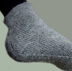 Men's sock with a unique construction. Website is in Finnish with no translation offered. Crochet Socks, Knitted Slippers, Wool Socks, Knit Or Crochet, Easy Knitting Patterns, Knitting Stitches, Knitting Socks, Baby Knitting, Yarn Inspiration