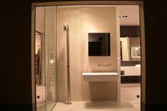 Vetrina. Lavabo in cristalplant,doccia acciaio Pipe, rivestimento mosaico gres , specchio contenitore.
