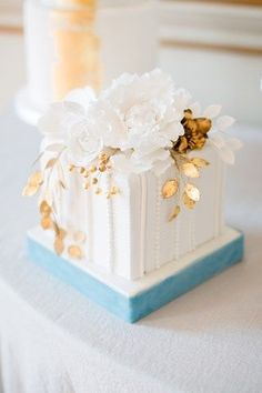 30 Incredibly Beautiful Gold Wedding Cakes You & Your Wedding Beautiful Wedding Cakes, Gorgeous Cakes, Pretty Cakes, Bolo Glamour, Bolo Floral, Floral Cake, Square Cakes, Square Cake Design, Square Wedding Cakes