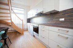Schöne große Küche mit langer Arbeitsplatte für gemeinsame Kochabende.  WG in Hamburg.  #Küche #WG #Einrichtung