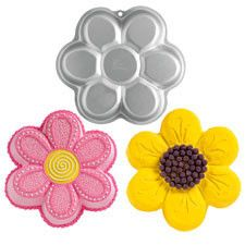 This aluminum pan is shaped like a beautiful flower making decorating easy. Pretty cakes are fun an easy and this one comes with decorating instructions for making a daisy.