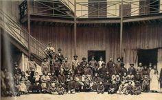 Polacos en el viejo hotel de los inmigrantes que se encontraba donde hoy esta el anden de la estación Retiro del ferrocarril Mitre. Año 1889