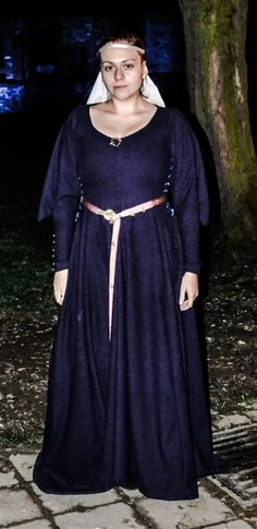 Woolen dress, purple, based on Tacuinum Sanitatis. With puffy sleeves and tin buttons and with side lacing. Made by Fraucymer. European Clothing, Medieval Horse, Woolen Dresses, Fitted Dresses, Wars Of The Roses, Historical Dress, Renaissance Fashion, 16th Century, Middle Ages
