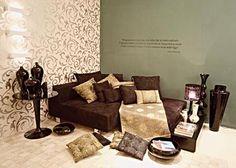 O papel de parede com estampa romântica captura as atenções de quem entra na sala, planejada pela arquiteta Kika Baptista.
