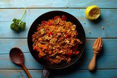 Paella is een typisch Spaans gerecht van gebakken rijst. Deze paella is verrassend smaakvol en erg kleurrijk. De groenten kun je variëren, naar wat in seizoen is of in de aanbieding. Klik op de link bij de ingrediënten voor een lijst met vegan wijnen. Veggie Recipes, New Recipes, Veggie Food, Vegan Diner, Vegas, Vegan Challenge, Spanish Dishes, Plant Based Diet, Lunches And Dinners