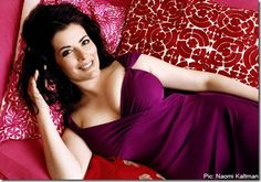 I sooooo love Nigella Lawson and think she a very inspiring person. She is also one gorgeous and sexy Mummy with stunning curves. You go girl! Nigella Lawson, Beautiful Celebrities, Gorgeous Women, Tv Star, Beauty And Fashion, Feminine Fashion, Foto Pose, Beautiful Curves, Nice Curves