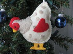 Country Chicken felt ornament Christmas Felt Crafts, Country Christmas Crafts, M. Chicken Crafts, Chicken Art, Felt Ornaments Patterns, Felt Patterns, Easter Crafts, Holiday Crafts, Easter Ideas, Holiday Decor, Christmas Sewing